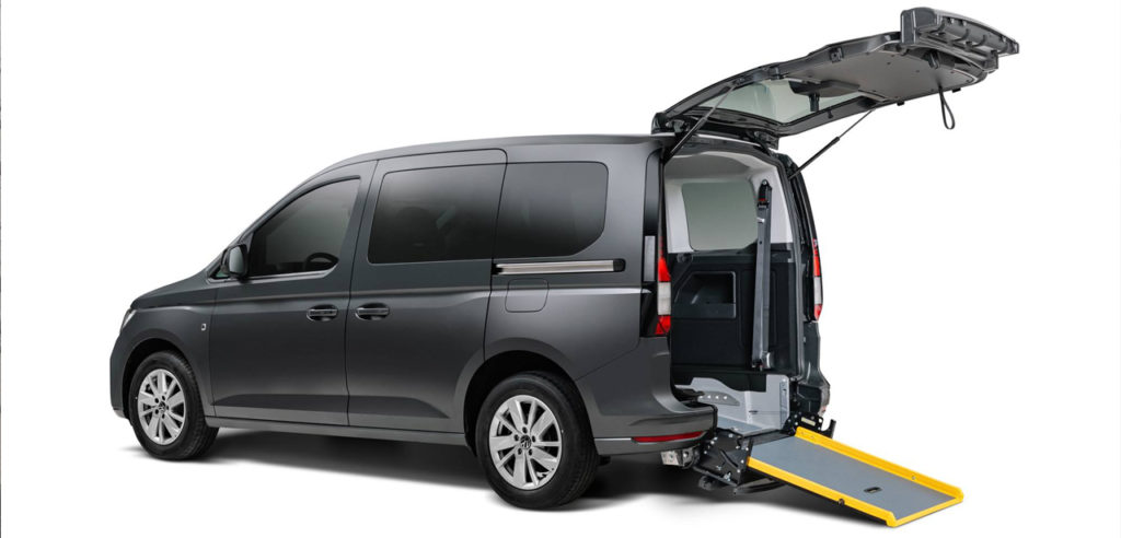VW Caddy 5 mit der Rollstuhlrampe Flexiramp von api